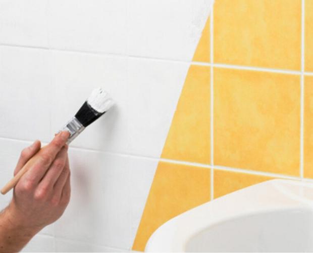 pintando azulejo de blanco