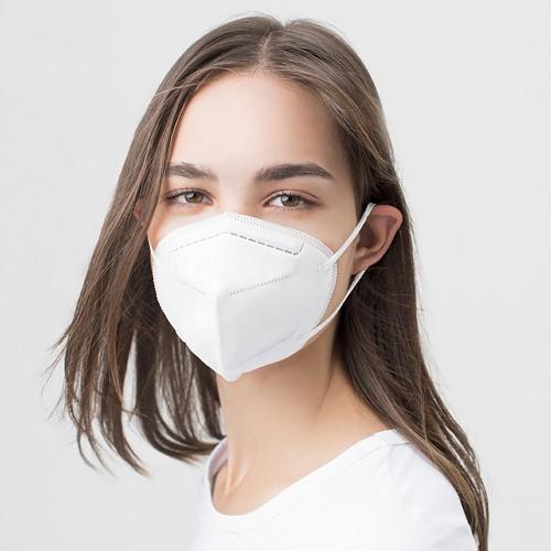 Chica con mascara KN95