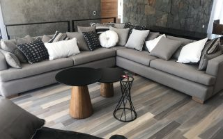 sala con sofá gris