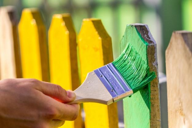 cerca pintada de verde y amarillo