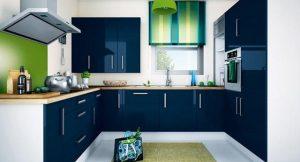cocina blanca con azul marino