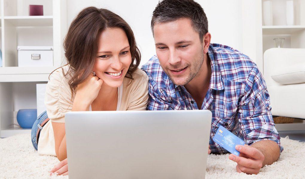 pareja comprando por internet