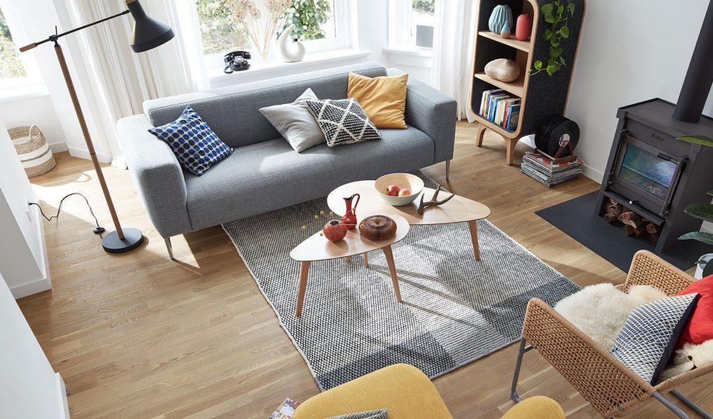 sala de estar con diseño de mediados de siglo