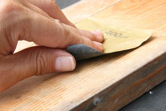 persona lijando madera
