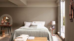 dormitorio tono piedra neutra