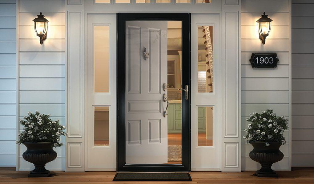 entrada principal con puerta blanca