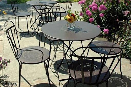 sillas de metal en jardín